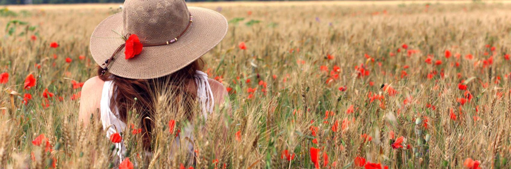 vrouw met hoed in veld