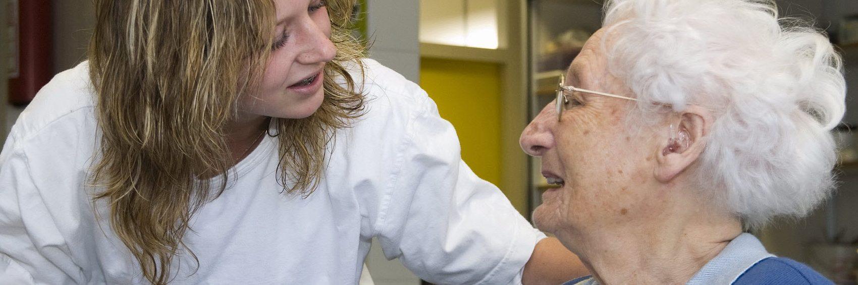 Verpleegster met oudere
