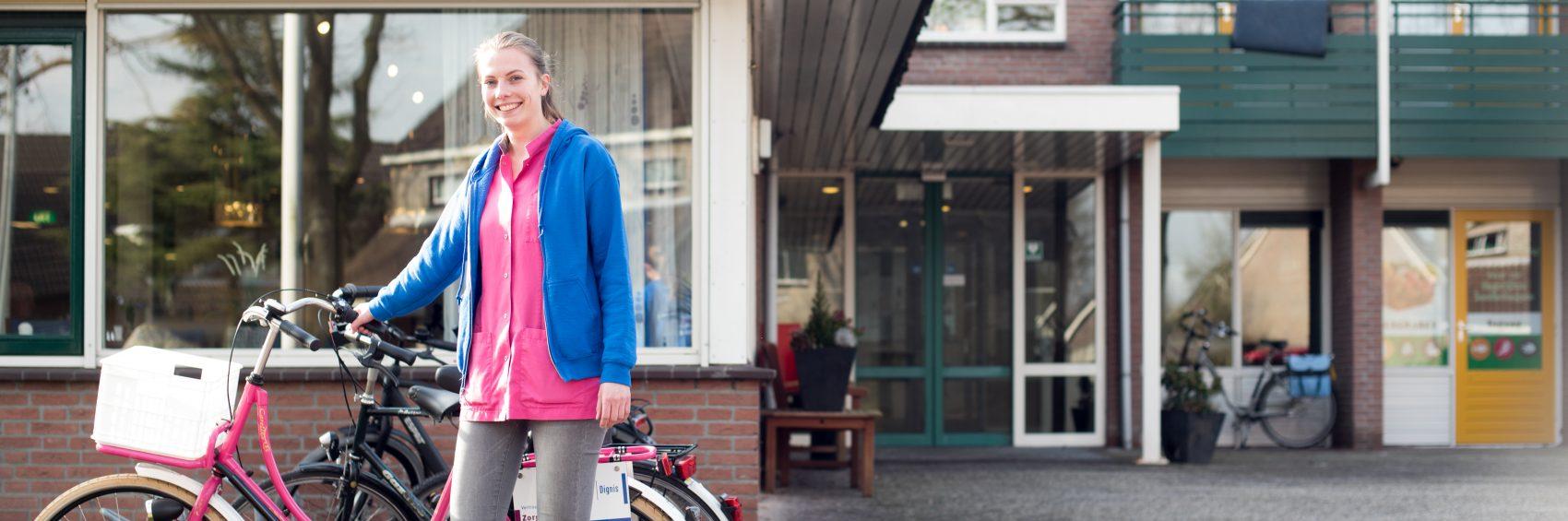 Zorg Thuis medewerkster bij fiets