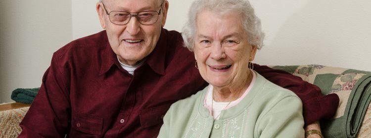 Gelukkig ouder paar op de bank