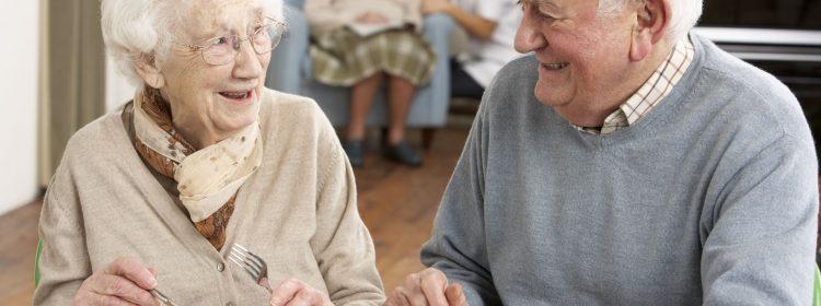 Senior paar geniet van maaltijd